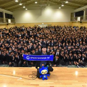 秦 基博が母校でサプライズライブ!「ひまわりの約束」など4曲を披露し、卒業生にエール